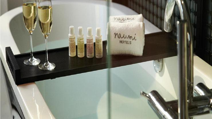 Lujo y confort en el hotel boutique naumi hotel singapur ver y visitar - Amenities en el bano ...