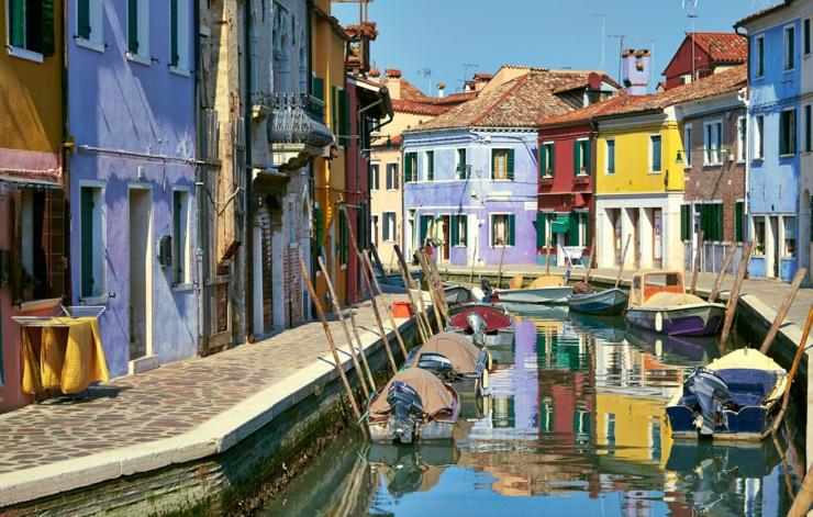 Burano es una isla cercana de venecia cuyas casas son - Casas de pueblo en valencia ...