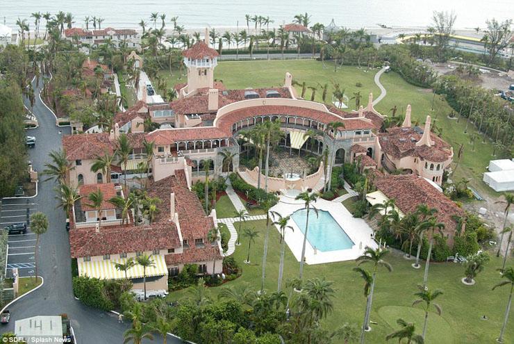 Este resort privado está situado junto a la playa con fina arena ...