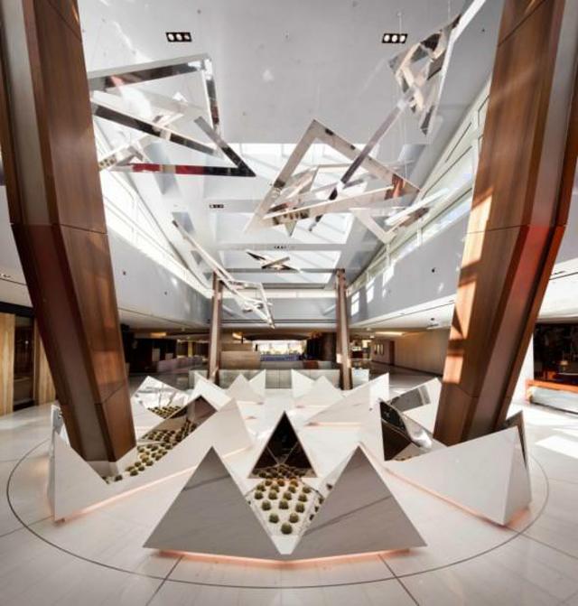 los diseadores de este elegante hotel han hecho un juego fantstico con la luz natural