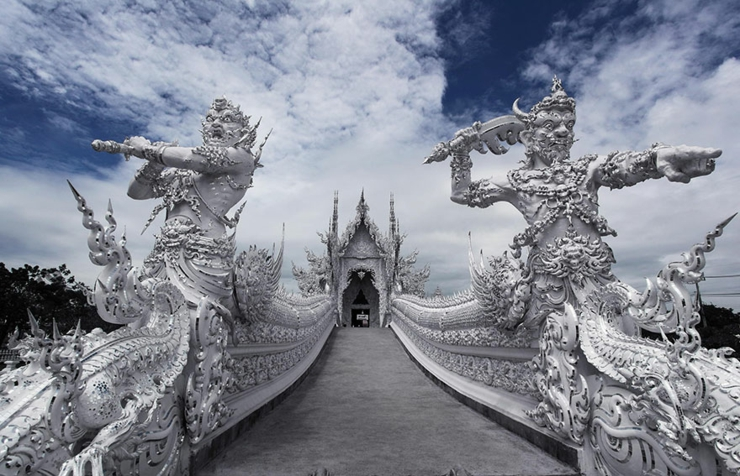 puente templo blanco indonesia