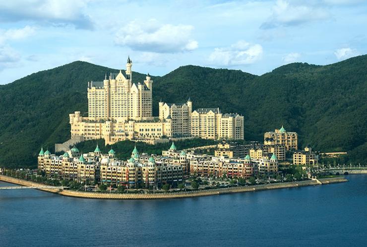 lujo glamour hotel castle dalian china