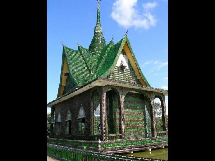 templo budista material reciclado
