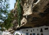 roca enorme encima casas