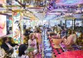 jovenes turistas visitan shinjuku robot restaurant