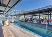 momentos relajantes piscina exterior hotel flotante
