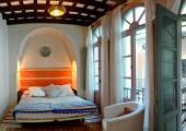 dormitorio iluminado vigas antiguas