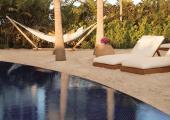 piscina hotel lujo alrededor jardines arboles