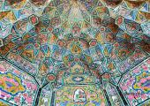turistas disfrutan mezquita irani
