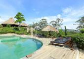 huespedes disfrutan piscinas exteriores